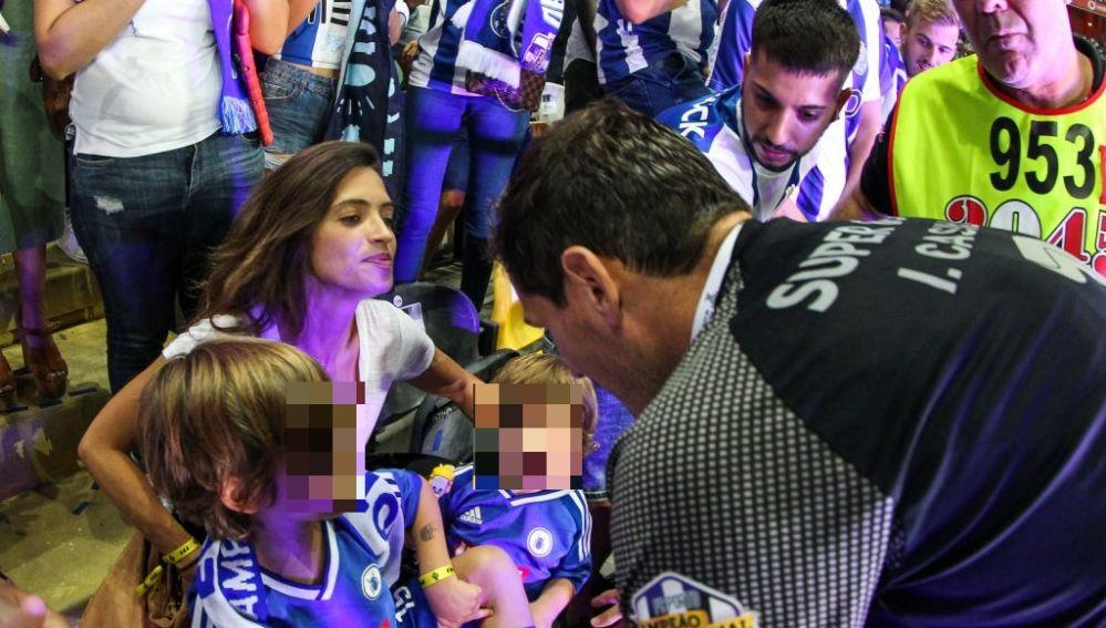 Iker celebrando junto a su familia la victoria en la Super Copa Portuguesa durante el 2018
