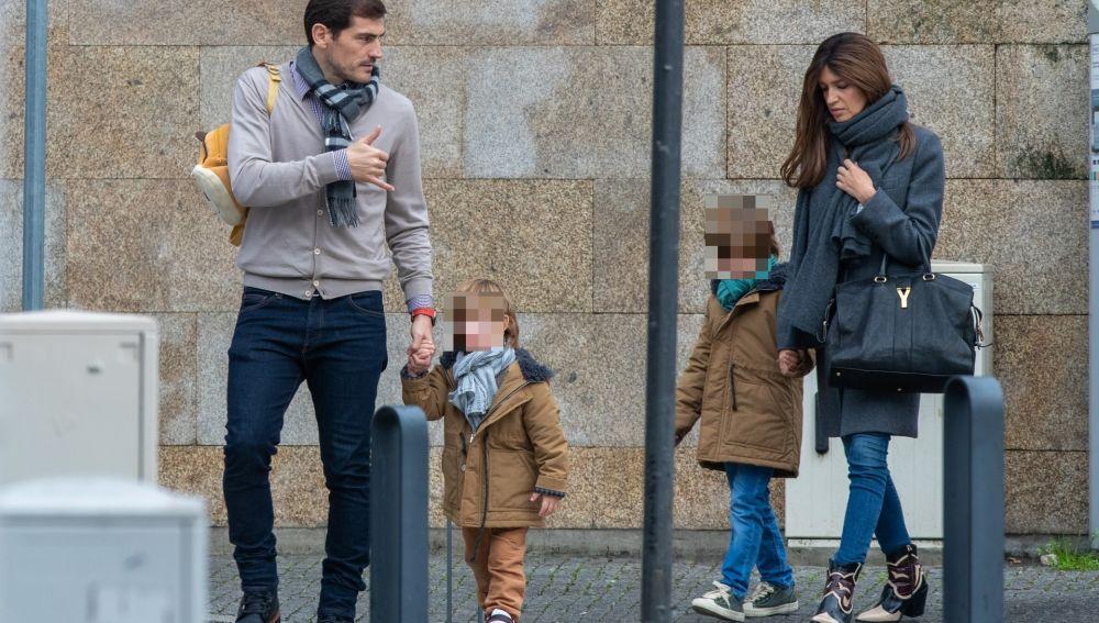 Paseo de Iker Casillas y Sara Carbonero por las calles de Oporto en noviembre del 2019 con su hijo Martin y Lucas