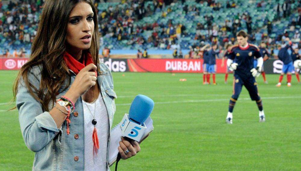Sara Carbonero como periodista en el Mundial de Sudáfrica con Iker Casillas de fondo