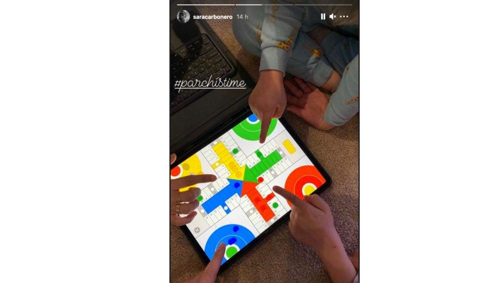 Sara Carbonero e Iker Casillas publican una imagen jugando al parchís con sus hijos.