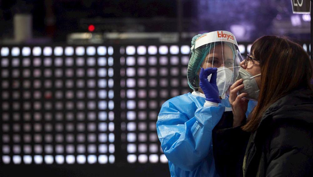 Una enfermera realiza test de antígenos en el Palau Sant Jordi.
