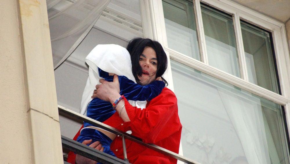 Michael Jackson con su hijo en Berlín en 2002