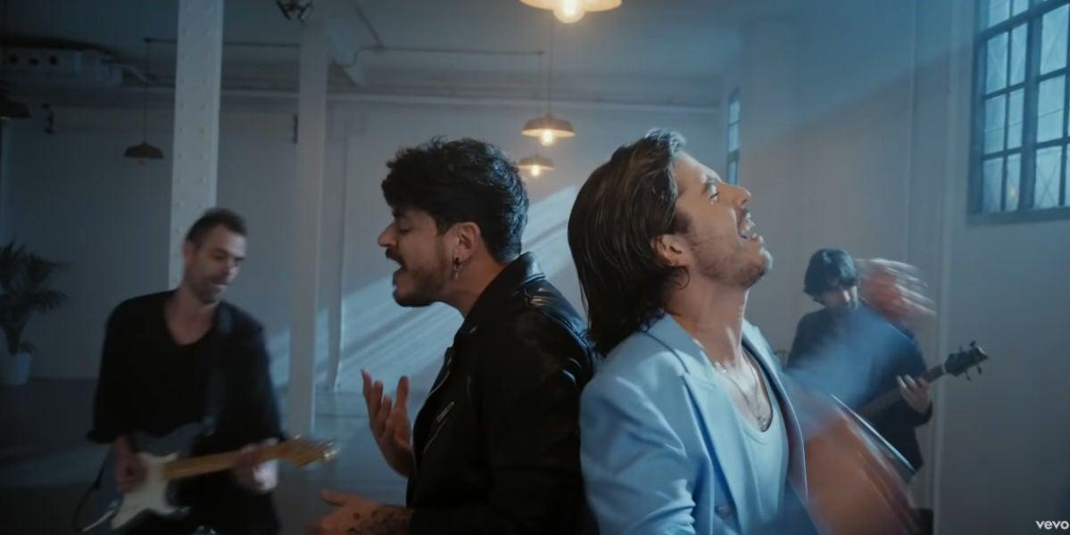 Luis Cepeda y Roi Méndez en el videoclip de 'La misma dirección'.
