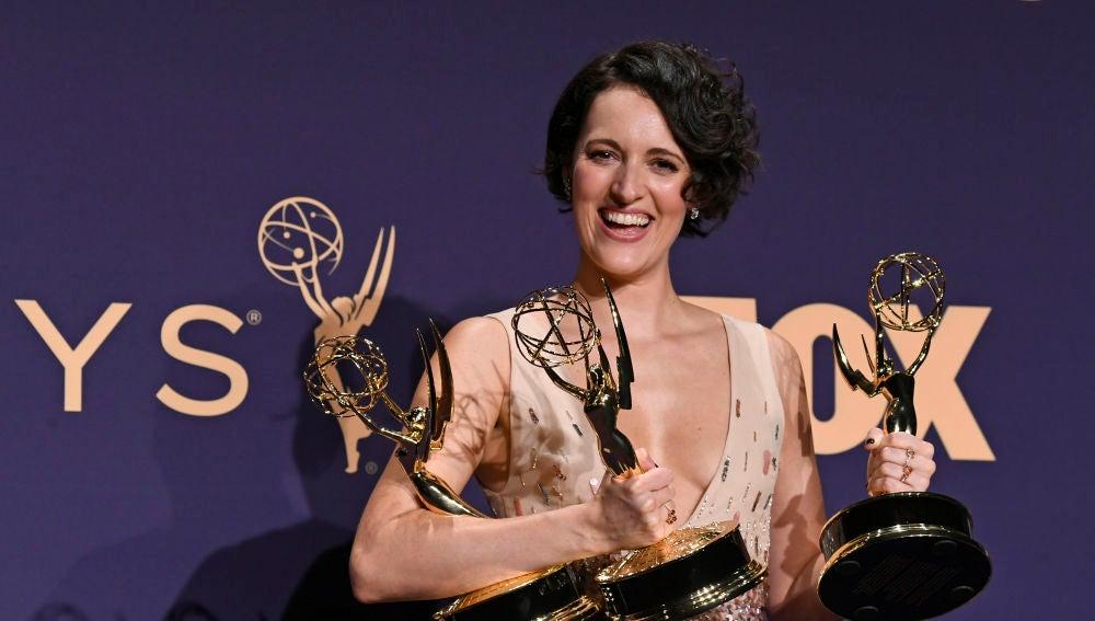 Phoebe Waller-Bridge, con los tres premios Emmy recogidos en 2019.