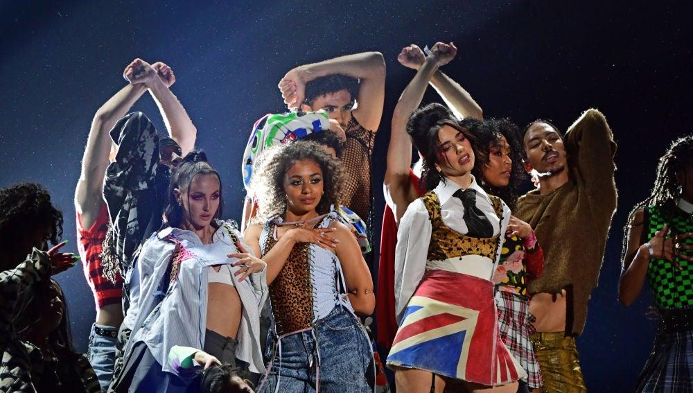 Dua Lipa actuando en los Brit Awards 2021