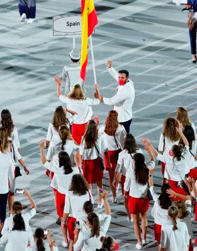 Ceremonia inaguguración Juegos de Tokio, en directo: Mireia Belmonte y Saúl Craviotto, los fuegos artificiales, el positivo en el equipo español y la actuación de Alejandro Sanz